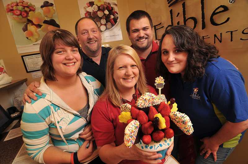 by: VERN UYETAKE - The Craig family owns Edible Arrangements in West Linn and Hillsboro. (Right) Alyssa, Tom, Matt, Lisa and (center) Cindy Craig.