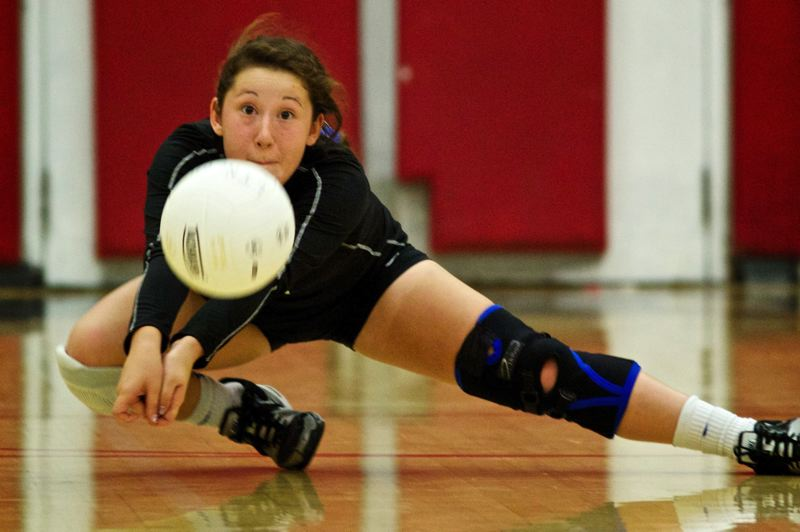 by: TRIBUNE PHOTO: JAIME VALDEZ - Grant's Abby Matsushima digs as the Generals beat Lincoln 3-2 in a PIL volleyball match.