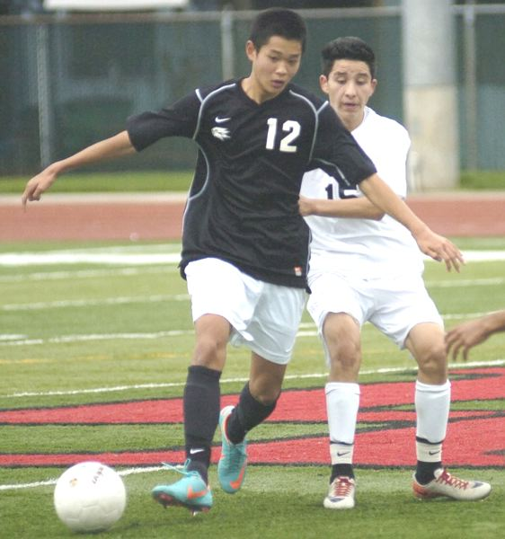by: DAVID BALL - ON THE BALL - Southridge's Gen Kimura makes a pass during his team's Saturday loss to David Douglas.