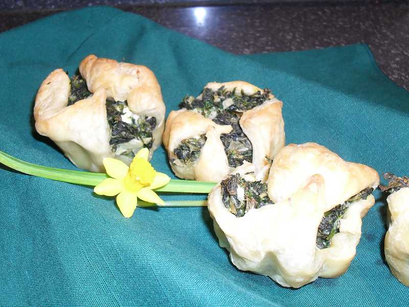 by: REVIEW PHOTO: BARB RANDALL -  These spinach puffs would make a fun and special St. Patrick's Day meal. Serve them as a side dish or as a vegetarian entrɩe.