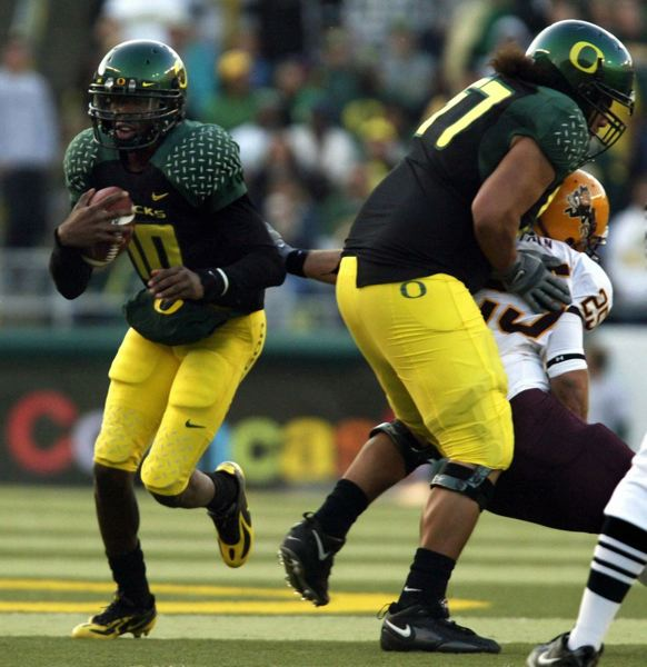 by: TRIBUNE FILE PHOTO: L.E. BASKOW - Dennis Dixon runs for Oregon in a 2007 game against Arizona State in which he first suffered injury problems with his left knee.