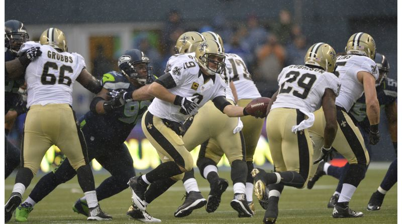 New Orleans quarterback Drew Brees hands off to Khiry Robinson.