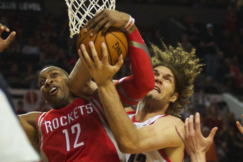Robin Lopez (right) ties up Dwight Howard under the basket.