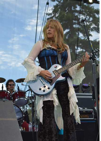 Photo Credit: MEG HODSON - Barracuda pays tribute to the long careers of Ann and Nancy Wilson of Heart.