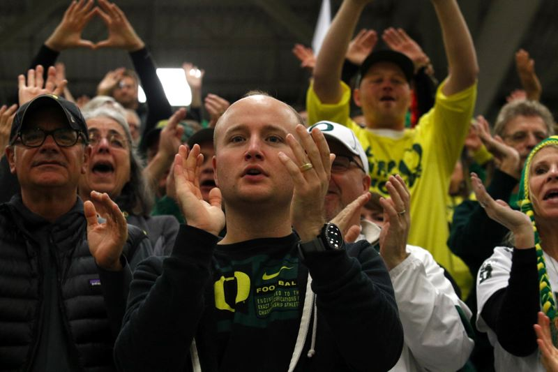U of O fans get into the moment on the day before the national championship game against Ohio State.