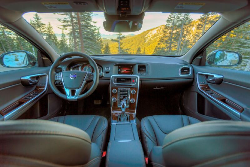 VOLVO CARS NORTH AMERICA LLC - The interior of the 2016 Volvo CV60 Cross Country features everything you could want in a luxury wagon.