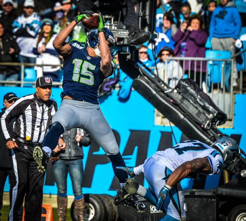 Jermaine Kearse makes a reception for Seattle.
