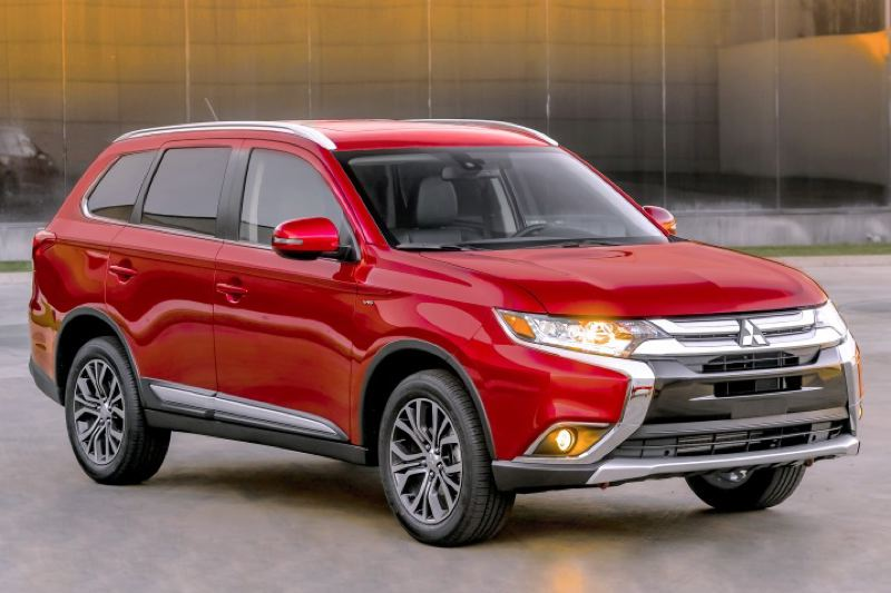 MITSUBISHI MOTOR COMPANY - New front and rear styling gives the 2016 Mitsubishi Outlander a more contemporary look.