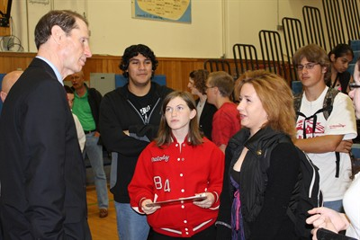 by: Photo by Susan Matheny - Sen. Ron Wyden, left, talks with students Lindsay McDaniel and Brittney Workman, as Jonathan Ramos and Paul Yow listen in the background.