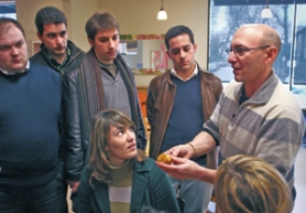 by: Denise FARWELL, Hot Lips Pizza owner David Yetkins (right) discusses his company's sustainability practices with visiting students from Spain at the local pizza chain's Southeast Hawthorne Boulevard location.