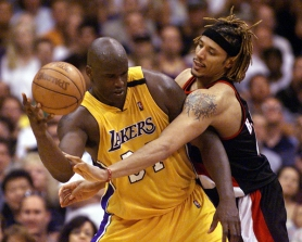 by: HECTOR MATA, Trail Blazer forward Brian Grant fouls Los Angeles Lakers center Shaquille O'Neal during Game 1 of the 2000 Western Conference finals. Grant is hosting a star-studded two-day benefit in Portland in August for Parkinson's disease research.