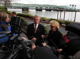 by: JAIME VALDEZ Governors John Kitzhaber and Chris Gregoire announced Monday that the new Interstate 5 bridge will be a composite-deck truss structure that will break ground in 2013.