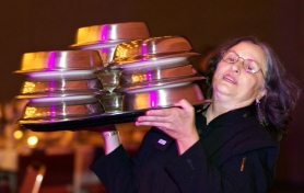 by: JAIME VALDEZ Barbara Guardino, a server at the Oregon Convention Center, juggles a serving tray loaded with 10 dinner plates. Aramark, the convention center food service contractor, set a new rule requiring its longtime servers to be able to carry 10 dinners atop their shoulders, or accept reduced seniority, fewer hours or early retirement. Some of the servers, many of them older women, accuse Aramark of sex and age discrimination.