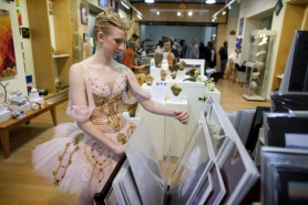 by: CHRISTOPHER ONSTOTT Jessica Lind, a ballerina for the Nutcracker, browses art at the Saturday Market Annex, one of four