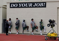 The Oregon Ducks warm up before Saturday's practice.