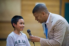 OUTLOOK PHOTO: JOSH KULLA - Former NBA star and current Sacramento Mayor Kevin Johnson took questions about his playing days from young players at H.B. Lee Middle School.